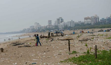 Mumbai : Juhu Beach : October 2012 : lovers