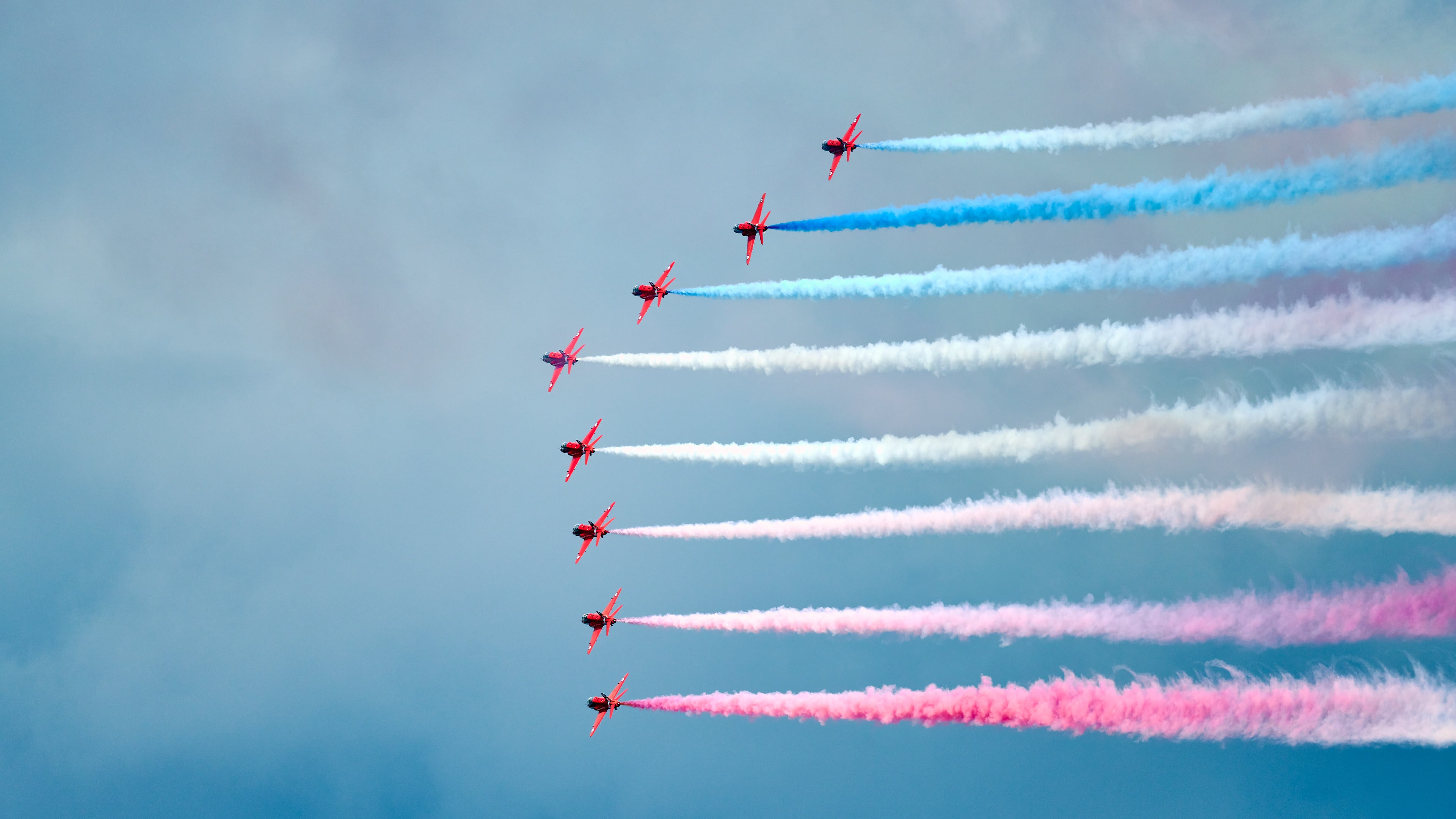 RAF Red Arrows : White and Blue Smoke Side View 2 - #redarrows #redarrowstour